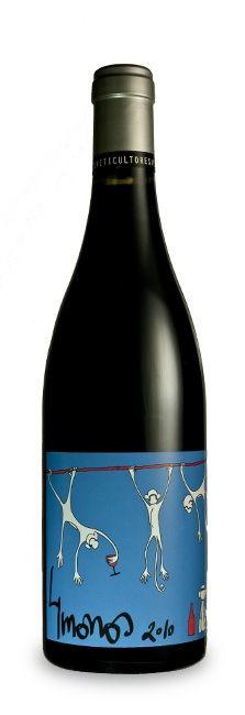 Vino 4 MONOS Tinto 2012. San Martin Valdeiglesias 4 Monos Tinto es un vino tinto  D.O. Madrid elaborado por 4 Monos Viticultores. Se trata de un coupage de las variedades Garnacha (85%), Syrah (10%) y Cariñena (5%).  La uva utilizada procede de pequeños viñedos localizados en Cadalso de los Vidrios y San Martín de Valdeiglesias, municipios que se encuentran en la sierra de Gredos. Las viñas de Garnacha tienen entre 40 y 70 años de edad, las de Syrah rondan los 15 y las de Cariñena, los 25…