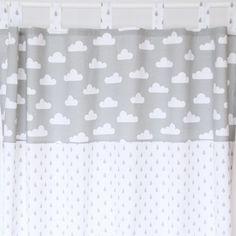 Ein wunderschöner Vorhang aus Baumwollstoff in grau/weiß. Der obere Absatz ist mit weißen Wolken auf grauem Hintergrun, der untere Absatz ist in weiß mit Tropfen in grau.  _✿ Für höchste...