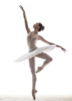 Bilderesultat for ballet dancer Dance Photography Poses, Ballet Dance Photography, Dance Poses, Dance Picture Poses, Art Ballet, Ballet Dancers, Ballet Pictures, Dance Pictures, Ballet Drawings