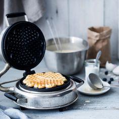 Rapeat vohvelit maistuvat niin makeiden kuin suolaistenkin täytteiden kanssa. Waffle Iron, Bon Appetit, Tapas, Waffles, Kitchen Appliances, Baking, Breakfast, Sweet, Food