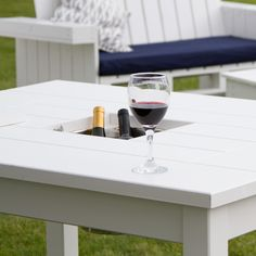 Mesa blanca hecha con madera de palets