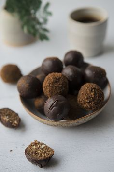 Chai inspired energy balls coated in raw chocolate and coconut sugar Photo: Line Dammen Raw Chocolate, Energy Balls, Coconut Sugar, Delicious Vegan Recipes, Vegan Foods, Oslo, Chai, Treats, Snacks