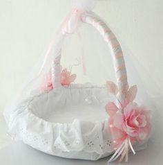 Canasta de bodas Girl Gift Baskets, Easter Gift Baskets, Home Crafts, Diy And Crafts, Basket Crafts, Marriage Gifts, Ring Bearer Pillows, Wedding Favor Boxes, Flower Girl Basket