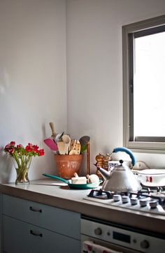 A terra cotta vase to store cooking utensils. I love this almost as much as a nice big clay vase. (Merav Sade's kitchen on Design Sponge)