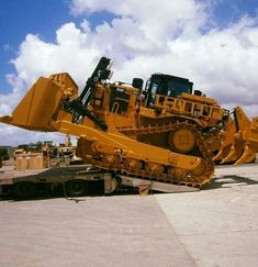 Earlier Caterpillar being loaded Heavy Construction Equipment, Construction Machines, Heavy Equipment, Cat Bulldozer, Earth Moving Equipment, Caterpillar Equipment, Crawler Tractor, Mining Equipment, Engin