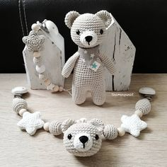 Crochet Patterns Neutral And again completely neutral! ❤️ Behind the head of the wagon chain … Diy Book Holder, Baby Shower Parties, Baby Shower Gifts, Knitting Patterns, Crochet Patterns, Activity Mat, Baby Rattle, Stuffed Toys Patterns, Crochet Toys