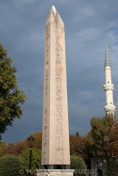 Un des obélisques érigés par Thoutmosis III devant le 7e pylône du temple d'Amon à Karnak a été transporté à Constantinople et érigé sur l'hippodrome par l'empereur Théodose Ier en 390 de notre ère. La partie inférieure du monument a été brisée lors de son abattage