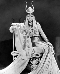 CLEOPATRA SHOW Claudette Colbert in CLEOPATRA by Cecil B. De Mille, 1934