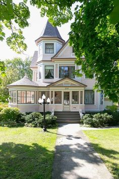 A charming house exterior can make quite an impression to those who see your house for the first time. We invite you to consider the ideas we have to show. Pink Houses, Old Houses, Vintage Houses, Victorian Style Homes, Victorian House Plans, Victorian Cottage, Charming House, Style Deco, Victorian Architecture