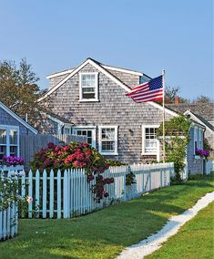 Summer In Bloom On Nantucket ~ Images By Stephanie Nantucket Style Homes, Nantucket Cottage, Nantucket Wedding, Nantucket Island, Beach Cottages, Beach Houses, Hudson Homes, New England States, Summer Dream