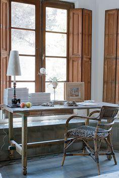 Homeoffice rústico con ventanales de madera, escritorio de madera reciclada y silla de caña, con vista al jardín. En un convento convertido en la casa de un artista en Córdoba. Outdoor Tables, Outdoor Decor, Home Office, Dining Table, Restaurant, Outdoor Furniture, Architecture, Nice, Wood