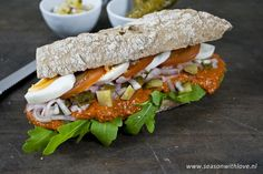 Legendary A scrumptious, richly invested Flemish Martino sandwich with a spicy filet Americain . Lunch Snacks, Easy Snacks, Easy Meals, Sandwiches, Spicy Recipes, Easy Healthy Recipes, Lunch Catering, Brunch, High Tea