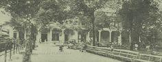 1925, La Plaza Dueñas, (ahora Parque Libertad) que en su inicios fuera la Plaza Mayor o de Armas, al fondo se observa el Portal de Occidente. Imagen tomada de San Salvador le Capitali del Mundo