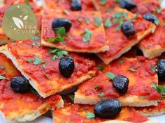 Cette pizza algérienne traditionnelle à l'ancienne est toute simple par sa composition mais en la dégustant elle parvient à me transporter à des milliers de kilomètres d'ici et j'imagine que c'est le cas pour tout algérien, pied noir ou toute personne ayant connu l'Algérie, Alger en particulier et ses quartiers populaires. Cette pizza algéroise se vendait et je suppose qu'elle continue encore aujourd'hui à être commercialisée dans toutes les boulangeries et gargotes. Une pâte à pizza…