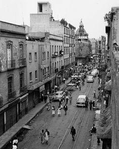 Calle de Jesús María, muy al fondo de observa la cúpula del Templo de Loreto y en primer plano La cúpula y torre del Templo de Jesús María y su ex convento en espera de ser remodelado. Todos los edificios de la foto existen. Año de 1957