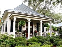 Paula Deen's waterfront home in Savannah-guest house Could be mother in law cottage Cottage Living, Cottage Homes, Cottage Style, Inside Celebrity Homes, Celebrity Houses, Small Cottages, Cabins And Cottages, Southern Homes, Southern Style