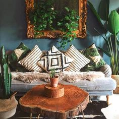 Dark green wall, monochrome soft furnishings, beautiful wooden coffee table and plenty of plants in the living room Dark Green Living Room, Dark Green Walls, Boho Living Room, Cozy Living Rooms, Living Room Decor, Bedroom Decor, Dark Walls Living Room, Bohemian Living, Design Bedroom