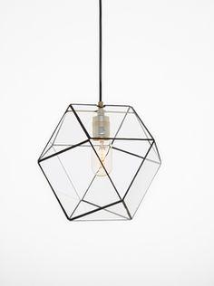 De geometrische lampen van Hart & Ruyt worden stuk voor stuk handgemaakt in Nederland. De Yaz brengt vorm en functie samen met haar speelse en uitgesproken vormen. De geometrische lamp Yaz wordt geleverd inclusief 1 meter Stoersnoer en exclusief peertje. Mooi voor boven de eet- of werktafel. Fitting: E27