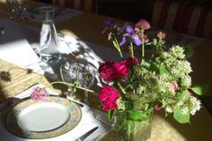 Quelques fleurs fraîchement coupées pour agrémenter la table d'hôtes