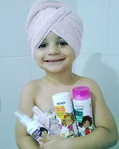 Megan toda feliz na hora do banho com os produtinhos de cabelo só dela. Especiais para os cachinhos  da @embelleze linha #meuscachinhos  .  #cacheadas  #cacheadinhas #cachinhos #minhaprincesa #mybaby #embelleze #bloganaaraujo #anaaraujo #liffemommys #blogueirassp #blogieiraspaulistas