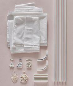 Das IKEA VIDGA Gardinensystem eignet sich perfekt für die Befestigung von Gardinen an der Zimmerdecke. Für ein Bett, das an einer Wand steht, benötigst du z. B. die 1-läufige VIDGA Gardinenschiene, Eckstücke, Deckenbefestigung, Gleiter/Haken, eine Sägehilfe und die Gardinen. Alle Teile von VIDGA sin