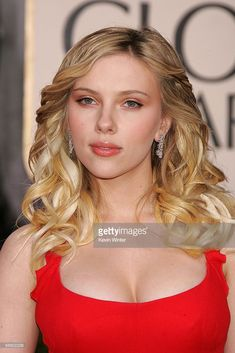 Actress Scarlett Johansson arrives to the 63rd Annual Golden Globe Awards at the Beverly Hilton on January 16, 2006 in Beverly Hills, California.