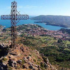 Panorama di #portoazzurro dal monte della croce. Bellissimo scatto di @francescopapi83. Continuate a taggare le vostre foto con #isoladelbaapp il tag delle vostre vacanze all'#isoladelba. Visita il sito http://ift.tt/1NHxzN3