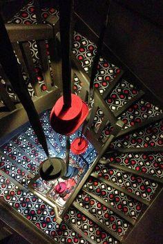Les escaliers décorés avec des stickers