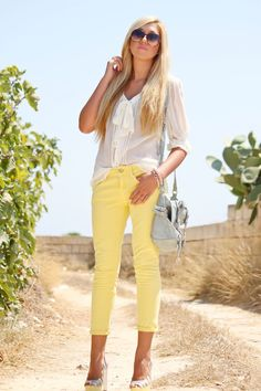 I love everything about this, including those adorable yellow skinny jeans:) Smiling big:)