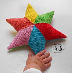 Un hochet facile à manipuler et à réaliser … parfait pour les petites mains. Réalisé à partir de 12 granny losanges assemblés entre eux par 6 pour former une étoile. On réalise ainsi 2 étoiles que l'on réunit ensemble.
