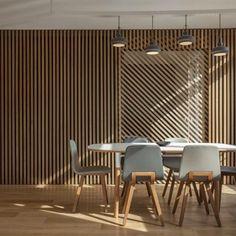 Que tal os painéis de madeira assinados por Glenn Medioni? A justaposição dos desenhos geométricos com as portas de correr trouxe muito ritmo e energia para a sala de jantar!