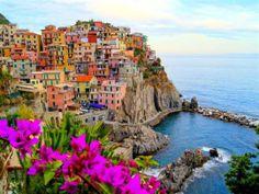 Den pittoreska pyttebyn ser ut som en leksaksminiatyr där den klamrar sig fast i skrevorna i de stupande bergen utmed italienska Rivieran. Manarola är en av de fem byar som utgör regionen Cinque Terre, en arton kilometer lång kuststräcka i Ligurien i Italiens nordvästra hörn, strax söder om storstaden Genua.