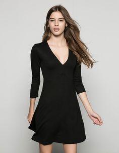 Vestido básico punto con cortes en pecho. Descubre ésta y muchas otras prendas en Bershka con nuevos productos cada semana