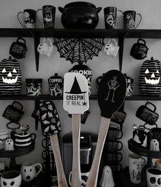 Halloween Bedroom, Halloween House, Halloween Diy, Spooky Decor, Halloween Decorations, Home Sweet Hell, Victorian Vampire, Chill Room, Goth Home Decor