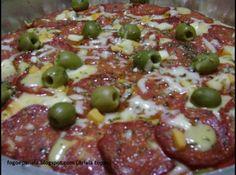 Receita de Pizza de Pepperoni - 1 massa de pizza, molho de tomate, pepperoni fatiado, mussarela ralada, azeitona, oregano, sal e pimenta do reino