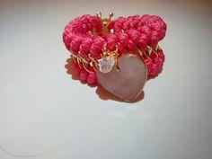 Colección In Love, en color rosado con corazon engastado  + broche en forma de timón con baño de oro 18k
