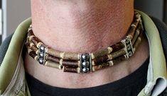 Collier dinspiration Amérindienne en bois de noisetier naturel et perle dhématite magnétique.Ce collier est monté sur fil élastique ce qui permet un réglage rapide. Longueur du collier 43cm à plat. Livré avec fiche produit sur les propriétés de la pierre et les bienfaits du noisetier.