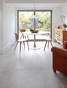 carrelage interieur, intérieur lumineux et table tulipe avec chaises de bois