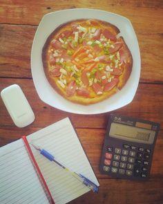 Sendirian jadi akuntan sambil ditemani pizza sosis alat tulis dan kalkulator. Udah biasa kok setiap hari gini. Yuk mampir di kedai pizza tanjung balai depan bank riau kepri.