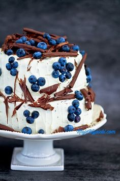 blueberry cake with vanilla cream and jelly (maybe the coolest cake decorating I've seen yet! Food Cakes, Cupcake Cakes, Just Desserts, Delicious Desserts, Winter Torte, Cake Recipes, Dessert Recipes, Blueberry Cake, Blueberry Chocolate