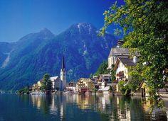 """Hallstatt (Austria), pueblo de los Alpes catalogado por la Unesco como """"el pueblo más hermoso a orillas de un lago""""."""