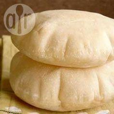 Pão sírio @ allrecipes.com.br - Esta é uma receita fácil de pão sírio (ou pão pita). Use a sua máquina de pão para ajudar a massa a crescer. Se não for usar a máquina, cubra a massa e deixe-a crescer em um lugar quente.