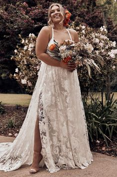 27 Plus Size Wedding Dresses to Flatter and Flaunt Your Curves - - No matter your size, your wedding dress should fit you perfectly. We've researched the best plus size wedding dresses to celebrate and flatter your curves. Western Wedding Dresses, Wedding Dresses For Girls, Wedding Dresses Plus Size, Perfect Wedding Dress, Boho Wedding Dress, Gown Wedding, Wedding Cakes, Wedding Rings, Mermaid Wedding