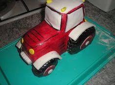 Őszítén szólva ez volt a legelső traktor tortám amit úgy készítettem el, hogy egyben faragtam ki a piskótából. Béna voltam, így ezt a fázi...