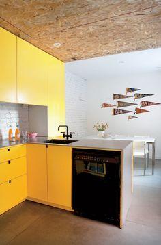 Bois pressé et couleurs éclatantes dans un appartement de 960 pi2 : la cuisine | Décormag