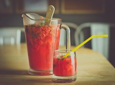 Ingredients: 1 small watermelon, 1 bunch of mint, 1 lime, peach rum, ginger ale and ice. Kid Desserts, Sweets Recipes, New Recipes, Favorite Recipes, Peach Rum, Yummy Drinks, Yummy Food, Watermelon Mojito, Watermelon Birthday Parties