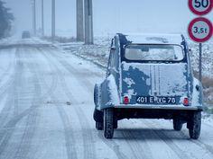 Citroen 2cv AZLP in winter by pierre m,