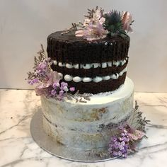 Tarta naked y seminaked con dripp de chocolate y decoración floral. Chocolate, Cake, Desserts, Food, Floral Decorations, Tailgate Desserts, Deserts, Kuchen, Essen