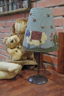 TIENDA ON-LINE: LÁMPARAS My Sewing Room, Love Sewing, Wool Applique, Applique Quilts, Felt Crafts, Fabric Crafts, Primitive Lamps, Make A Lampshade, Handmade Lampshades