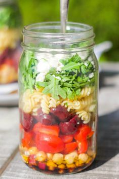 Add this flavourful mason jar pasta salad to your weekly menu! It's an ideal work lunch and perfect to bring on picnics too! #pastasalad #masonjarrecipe #masonjarpastasalad #saladrecipe Salads To Go, Healthy Salads, Mason Jar Meals, Mason Jars, Fruit Pouches, Spiral Pasta, Salad In A Jar, Thing 1, Gluten Free Pasta
